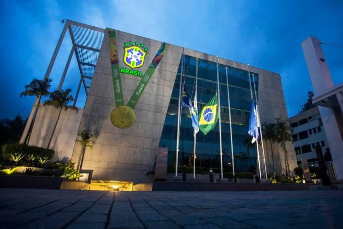Sede da CBF com bandeiras a meio mastro para o velório de Carlos Alberto Torres