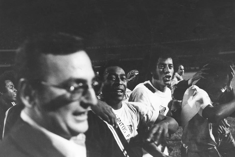 Carlos Alberto Torres com Pelé no final do jogo entre Santos e Portuguesa, em 1973