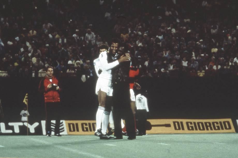 Carlos Alberto Torres com PelŽé, no jogo de despedida do Cosmos, contra o Flamengo, em 1982