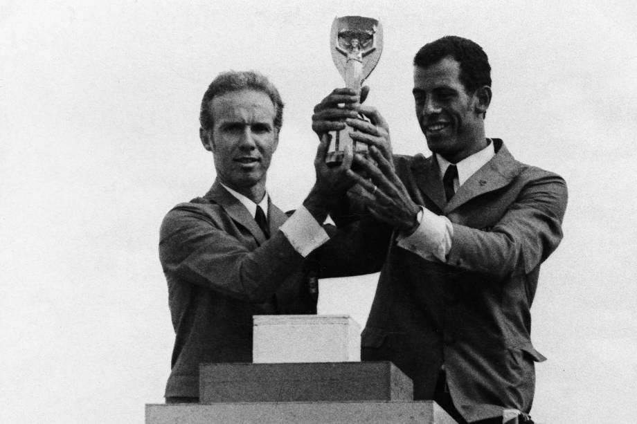 Zagallo, técnico do Brasil, e o capitão Carlos Alberto segurando a Taça Jules Rimet, durante desfile em carro aberto, na comemoração da conquista da Copa do Mundo de Futebol.