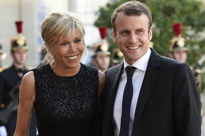 Emmanuel Macron, ainda como Ministro da Economia junto de sua esposa Brigitte Trogneux