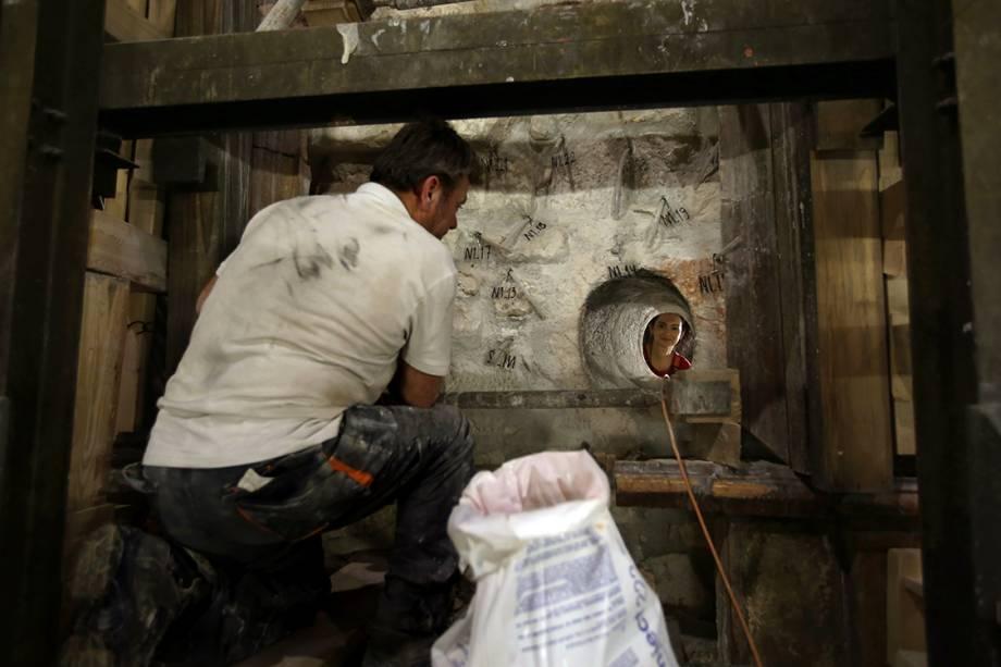 Equipe de especialistas analisa a estrutura da edícula que será limpa, reforçada e restaurada. Além disso, serão feitas imagens e escaneamentos do local para que arqueólogos e pesquisadores possam descobrir mais detalhes sobre a história do lugar.