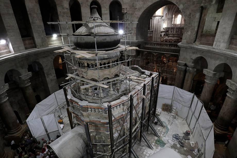 A edícula queprotege a tumba onde acredita-se que Jesus Cristo foi enterrado foi rodeada por vigas de aço que suportam a estrutura. Elas serão removidas após a restauração, prevista para terminar em 2017.