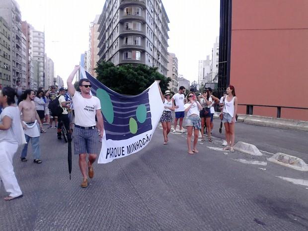 Turma do Parque Minhocão segurando sua bandeira (Foto Wagner Tamanaha/ Flickr)