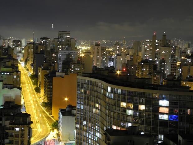 Vista noturna do Minhocão (à esq.) (Foto Léo Zanon/ Flickr)