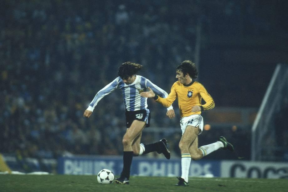 Kempes, da Argentina, disputa a bola com Dirceu, do Brasil, no jogo pela Copa de Mundo de 1978.