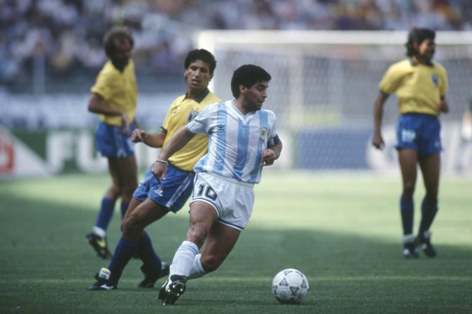 Careca, do Brasil e Maradona, da Argentina durante o jogo entre Brasil 0 x 1 Argentina, partida válida pela Copa do Mundo de Futebol, no Estádio Delle Alpi.