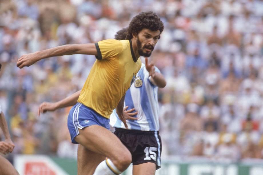 """<p class=""""p1""""><span class=""""s1""""></span><span class=""""s1"""">Uma das vitórias mais categóricas do Brasil sobre a Argentina aconteceu na Copa de 1982. Zico, Serginho Chulapa e Junior marcaram no triunfo por 3 a 1 e Ramón Díaz fez o gol de honra. A partida também contou com a expulsão do ainda jovem Diego Maradona por uma entrada forte em Batista, já nos minutos finais. Na foto, o capitão Sócrates.</span></p>"""