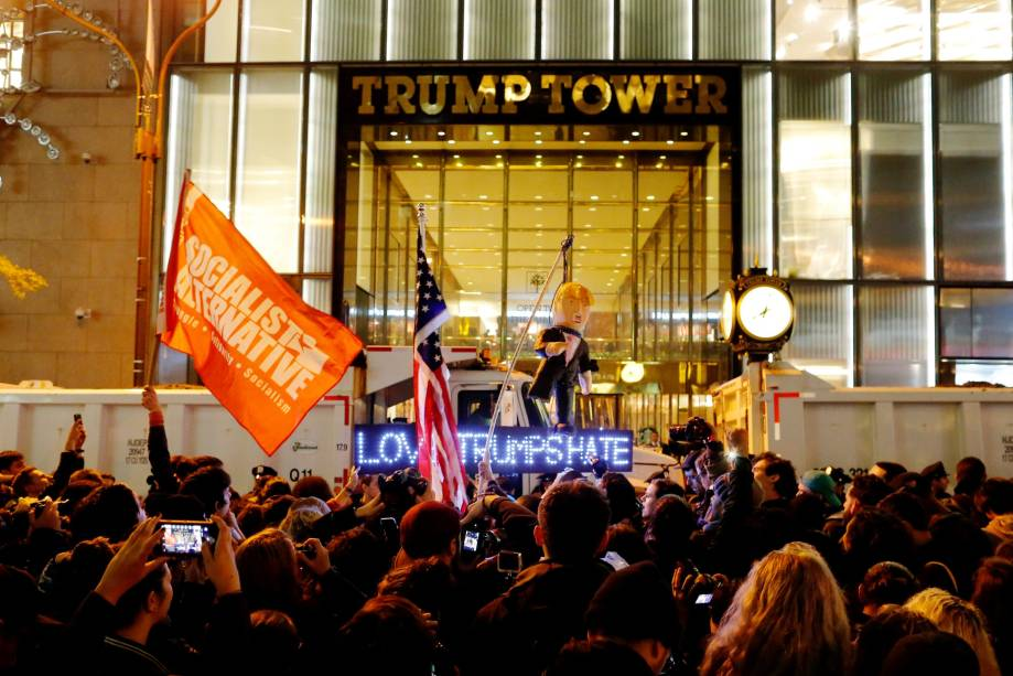 Manifestantes se reúnem em frente ao edifício Trump Tower para protestar contra o presidente eleito Donald Trump, em Nova York (09/11/2016)