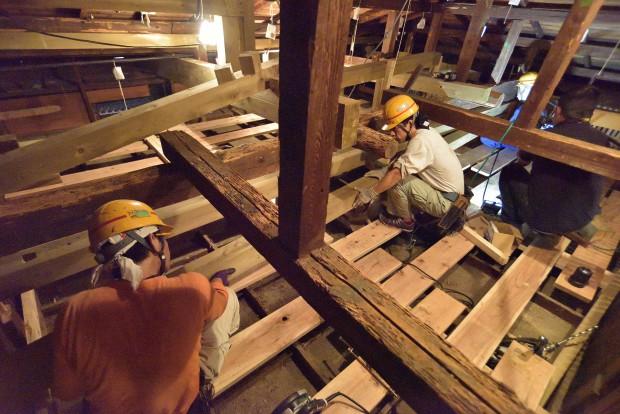 Funcionários trabalham no restauro do forro do Pavilhão