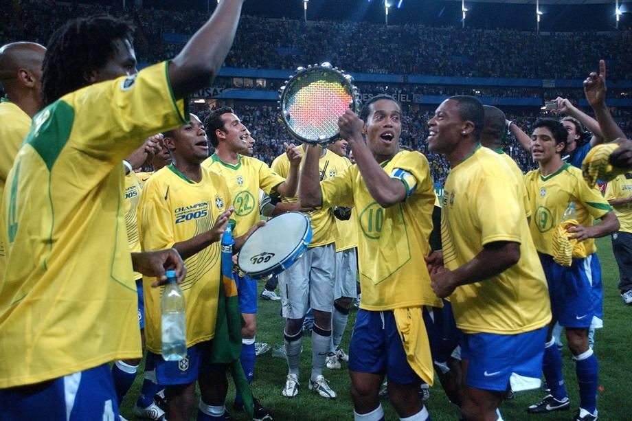 """<p class=""""p1""""><span class=""""s1""""></span><span style=""""font-family: Cambria; -webkit-text-stroke: #000000;"""">Uma das maiores goleadas do duelo aconteceu na decisão da Copa das Confederações, com gols de Adriano (2), Kaká e Ronaldinho Gaúcho. Aimar descontou para os argentinos. Foi a primeira final entre as duas seleções em uma competição internacional.</span></p>"""