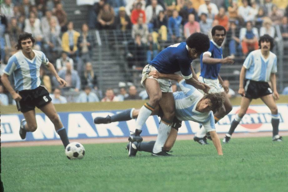 """<p class=""""p1""""><span class=""""s1""""></span><span class=""""s1"""">A Copa de 1974 recebeu o primeiro clássico em Mundiais e o Brasil eliminou os rivais na segunda fase do torneio. Rivellino abriu o placar, Brindisi empatou e Jairzinho <em>(em disputa de jogada, na foto)</em> garantiu a vitória brasileira.</span></p>"""