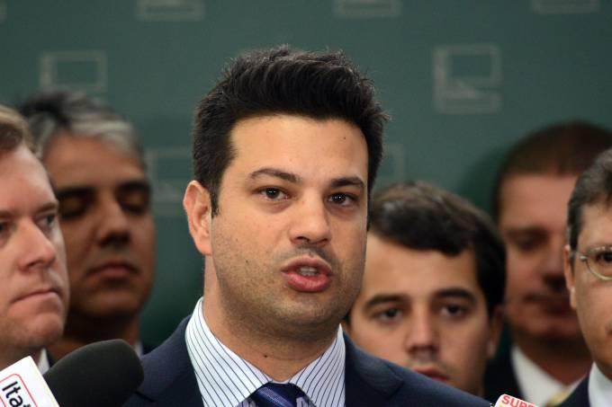 O deputado Leonardo Piciani fala à imprensa