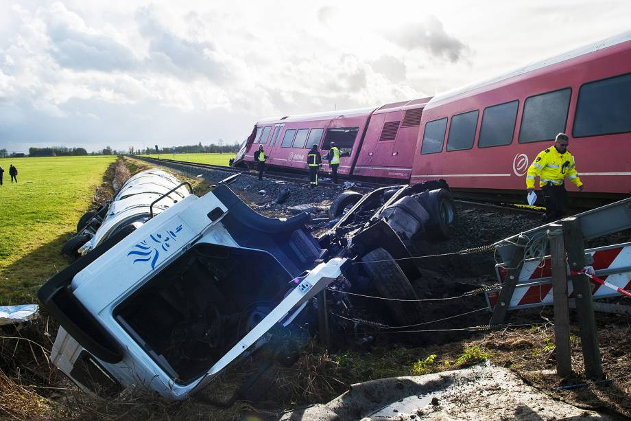 """Várias pessoas ficaram feridas nesta sexta-feira na cidade de Winsum, no norte da Holanda, onde um trem de passageiros da companhia Arriva descarrilou ao se chocar com um caminhão de produtos lácteos, informou a agência local de notícias """"ANP""""."""