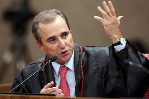 Admar Gonzaga, esse de gravata vermelha, censurou a publicidade e concedeu direito de resposta