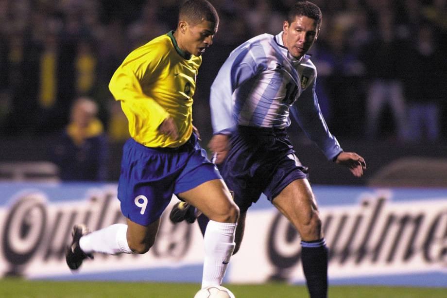 Alex, do Brasil, num lance de jogo contra Simeone, da Argentina, durante a partida pelas eliminatórias da Copa do Mundo de 2002, no Estádio do Morumbi.