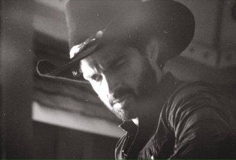 Alfonso Herrera em 'Urban Cowboy' (Foto via Twitter)