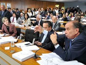 Aloysio Nunes (à dir.) durante votação da PEC na CCJ do Senado
