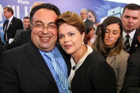 Em seu blog, André Vargas exibe suas amizades influentes; acima, em companhia de Dilma