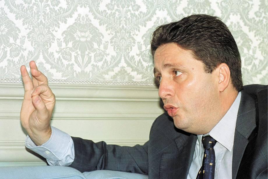 """Anthony Garotinho, então governador do Rio de Janeiro, durante entrevista ao jornal """"O Estado de S. Paulo"""", no Palácio das Laranjeiras (2000)"""