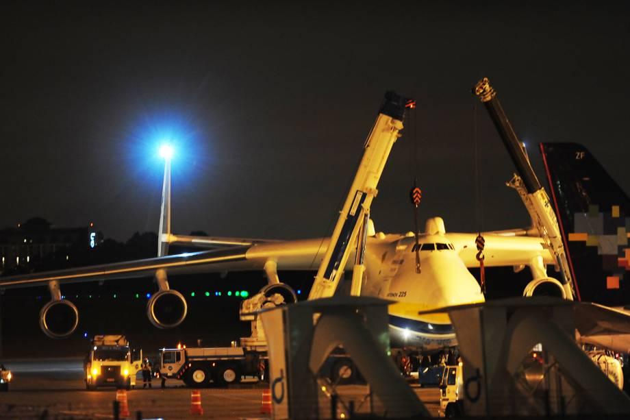 Antonov 225 - o maior avião do mundo - pousa no Aeroporto Internacional de Guarulhos - 14/11/2016