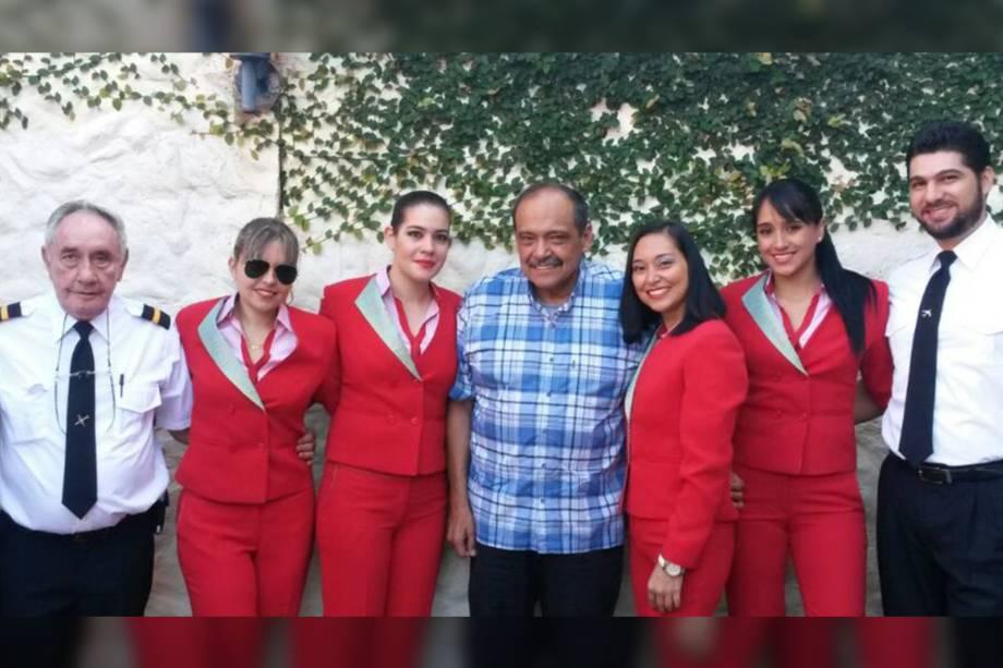 O CEO da Lamia, General Gustavo Vargas Gamboa (c) com uma equipe de tripulação da companhia