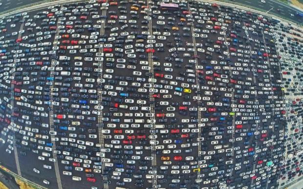 Milhares de veículos se preparam para deixar Pequim às vésperas de um feriado nacional em 2015  (Foto Whitehotpix/ Zuma Press)