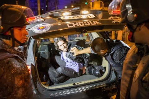 Daniel Biral sendo preso por desacato: orientador de invasões