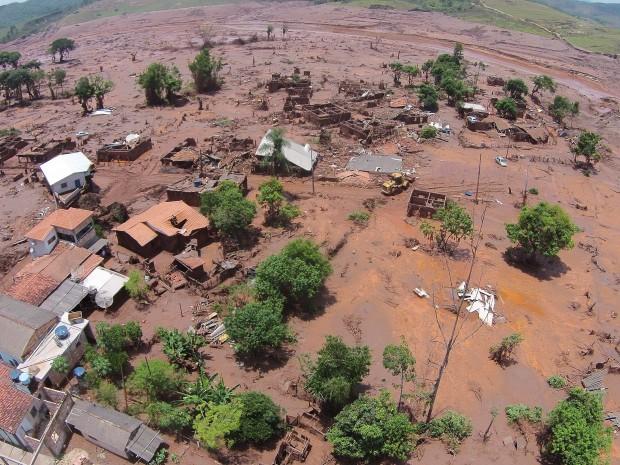 Vista da devastação provocada pelo rompimento da barragem da mineradora Samarco no distrito de Bento Rodrigues, em Mariana (MG): prenúncio do que as mudanças climáticas trarão (Foto Divulgação/VEJA)