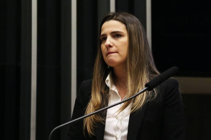 Clarissa Garotinho chora na tribuna da Câmara