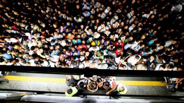 Passageiro se espremem para entrar em vagão na estação Sé (Joel Silva / Folhapress / VEJA)