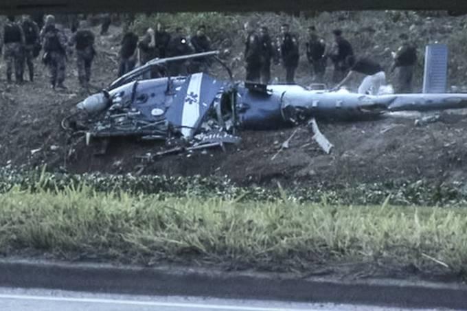 Helicóptero da PM é derrubado por traficantes no Rio