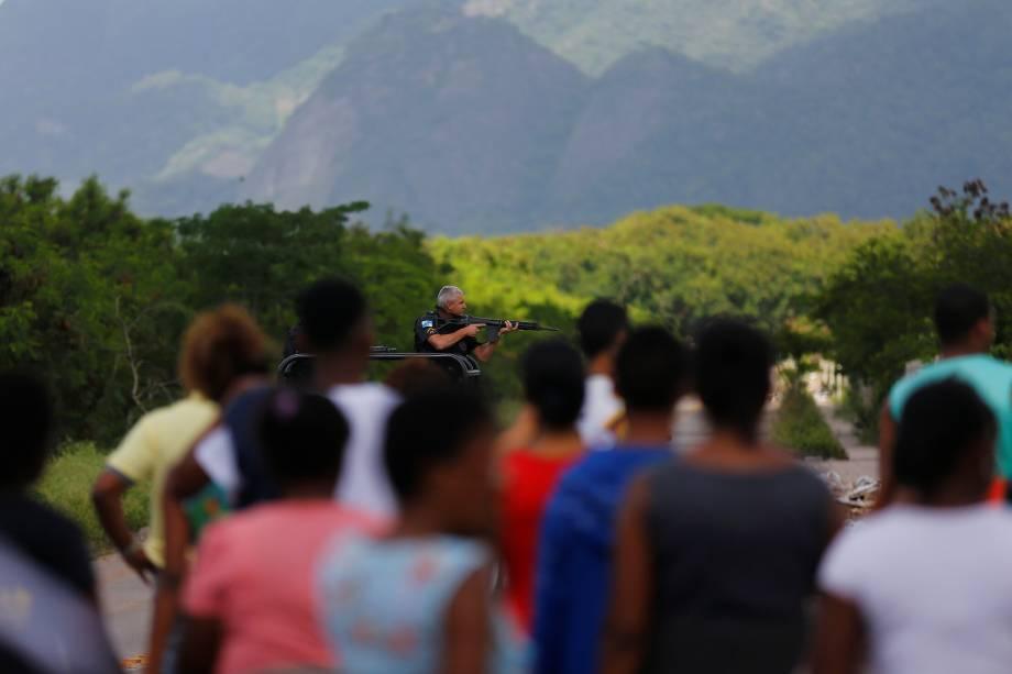 Polícia Militar faz operação na Cidade de Deus, Zona Oeste do Rio de Janeiro. A ação foi determinada após a queda de um helicóptero da PM que participava de uma operação na comunidade no sábado - 20/11/2016