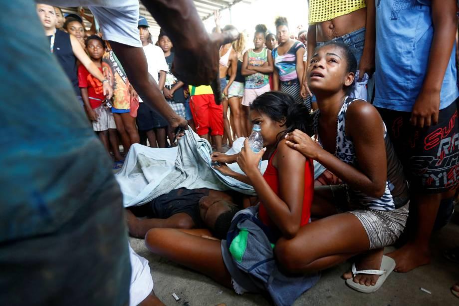 Familiares e amigos choram pelos sete mortos durante operação na comunidade Cidade de Deus, após um helicóptero da Polícia Militar ter sido abatido por traficantes da região - 20/11/2016