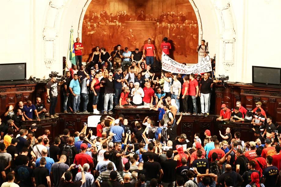 Manifestantes invadem o plenário da Assembleia Legislativa do Rio de Janeiro (RJ), no centro da cidade. Servidores,  aposentados e pensionistas da área da segurança pública protestam em frente ao prédio contra o pacote de medidas proposto pelo governo do estado para conter a crise financeira - 08/11/2016