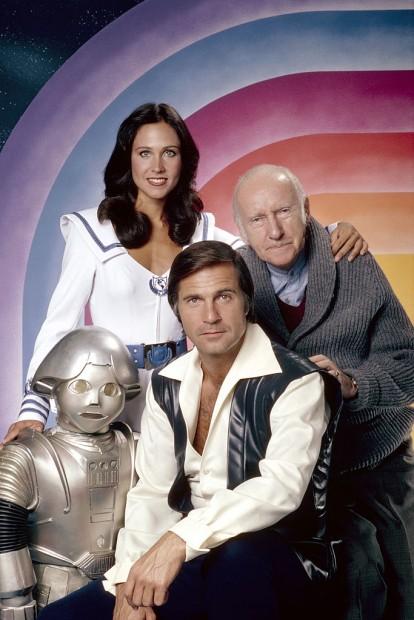 (E-D) Twiki, Wilma Deering, Dr. Goodfellow e Buck Rogers. (Foto: Herb Ball/NBC/Arquivo)