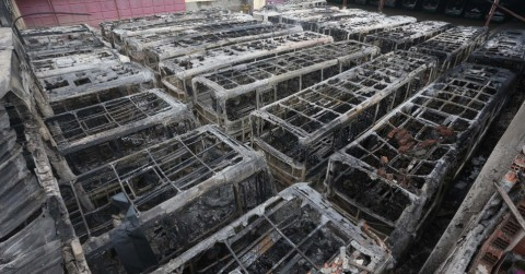 Ônibus incendiados em Osasco. Parece coisa de país em guerra? Mas estamos em guerra (Foto: Marcelo Sayão/Efe)