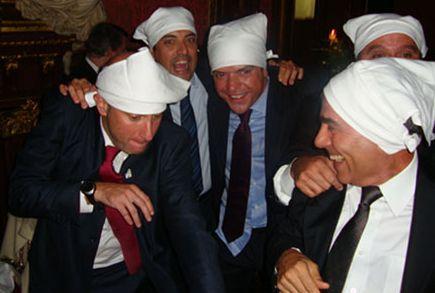 Acima, Sérgio Côrtes, secretário da Saúde, e Carlos Wilson, secretário de governo, fazem papel ridículo em Paris ao lado de Cavendish, aquele já com a fralda (a da camisa) fora da calça. Nas duas primeiras fotos, Cabral entrte os seus