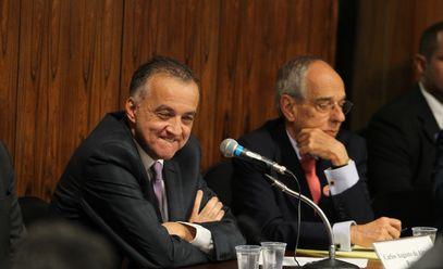 Carlinhos Cachoeira e Márcio Thomaz Bastos durante sessão da CPI. É a imagem do dia. Silêncio eloquente