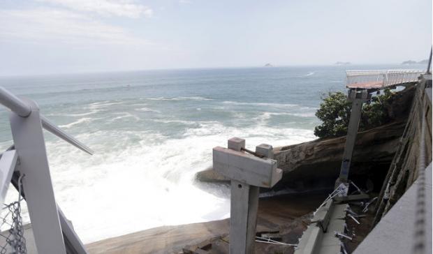 Trecho da ciclovia caiu no mar (Ricardo Moraes/Reuters/Veja)