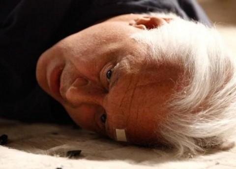 Homofóbico no chão: cego, com derrame, dependente de Félix. Demorou, mas Cesar aprendeu a lição. Ao som de Mahler!