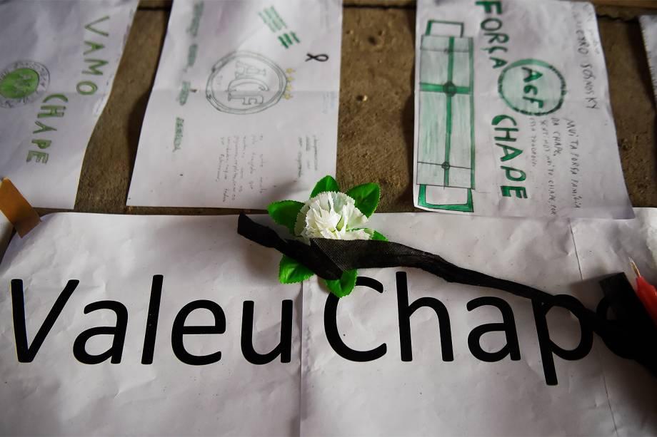 Torcedores enfeitam Arena Condá com flores e cartazes em homenagem às vítimas da Chapecoense - 01/12/2016