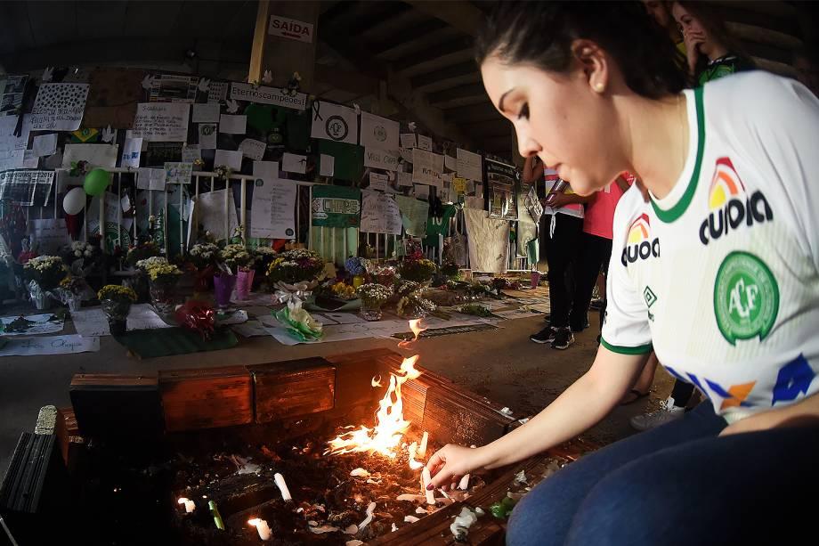 Torcedora acende vela na Arena Condá em homenagem à Chapecoense