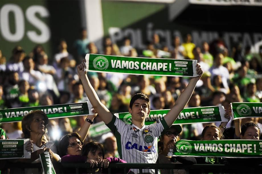 Torcedores da Chapecoense lotam a Arena Condá durante tributo