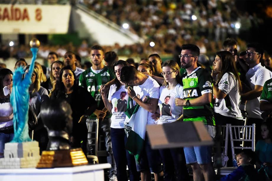 Torcedores e familiares prestam homenagem às vítimas do avião que caiu na Colômbia