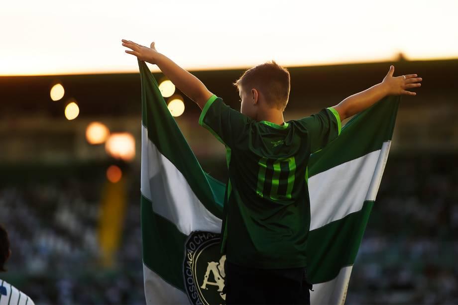 Torcedores da Chapecoense prestam homenagens ao clube na Arena Condá, em Chapecó (SC), após aeronave que transportava a delegação cair na Colômbia
