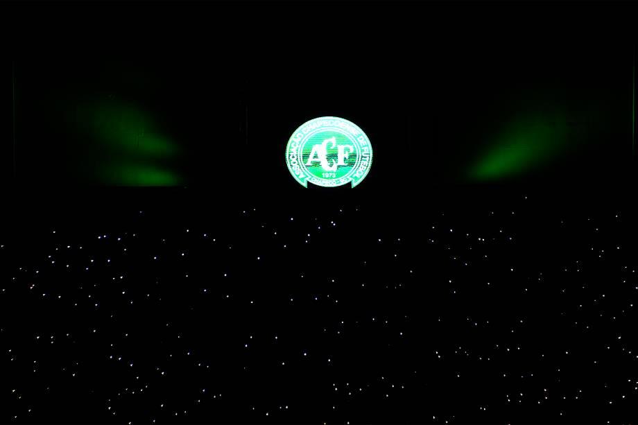 Torcedores da Chapecoense prestam homenagens ao clube na Arena Condá, em Chapecó (SC), após aeronave que transportava a delegação cair na Colômbia - 30/11/2016