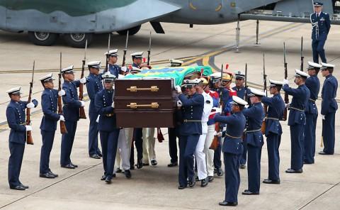 Urna com os restos mortais de Jango chega a Brasília (Foto: Pedro Ladeira/Folhapress)