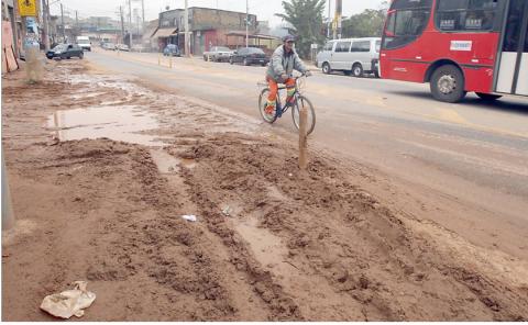 Ciclofaixa da rua Bento Guelf: a lama tomou a pista Fotos de Luiz Calos Murauskas/Folhapress)