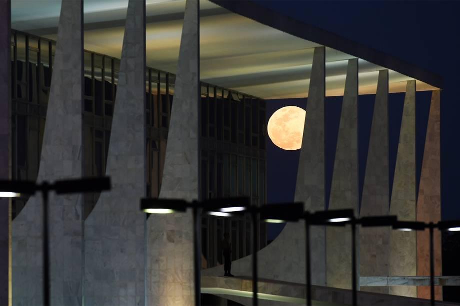 Superlua vista do Palácio do Planalto, em Brasília (DF) - 10/08/2014
